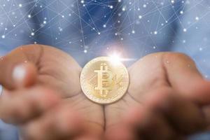 hand som håller bitcoin. affärs- och ekonomikoncept foto