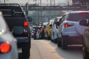 suddig trafikstockning i staden foto