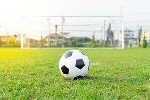 fotboll på bollplanen foto