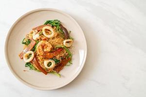 rör stekt ris vermicelli och vatten mimosa med mix skaldjur foto