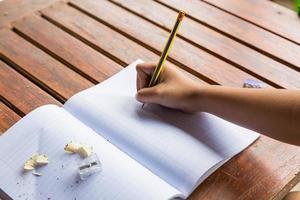 studenter som skriver på skrivbordet foto
