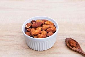 mandelfrön för hälsa på bordet foto