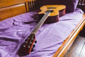klassisk gitarr på soffan foto