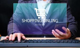 e-handel och shopping online koncept, köp och sälj på internet butik, händer att skriva på virtuell screening dator foto