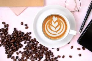 kaffekopp på bordsbakgrund och kaffe på morgonen foto