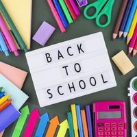 tillbaka till skolan bakgrund med skolmaterial foto
