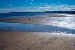 vacker sandstrand vid filey norra yorkshire england vid lågvatten foto