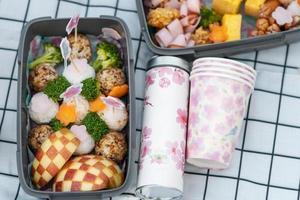 utsökt picknick med körsbärsträdblommor foto