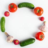färska grönsaker på en vit bakgrund. vegansk ekomat. plats för text. foto