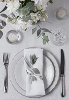 ovanifrån bröllop arrangemang med ring och kuvert blommor foto