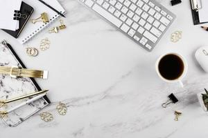 elegant skrivbordsarrangemang med kopieringsutrymme foto