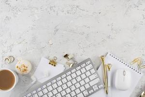 elegant skrivbordsarrangemang ovanifrån foto