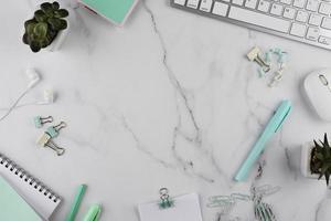 arbetsplatsföremål på marmorbord foto