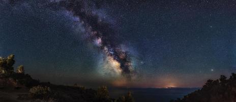 panorama miliky väg över Egeiska havet. Vintergatan från halvön Kassandra, Halkidiki, Grekland. natthimlen är astronomiskt korrekt. foto