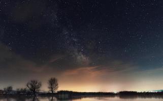 Vintergatan över sjön. mjölkvägsgalax över dojran sjön, fyr Makedonien, södra Makedonien. natthimlen är astronomiskt korrekt. foto