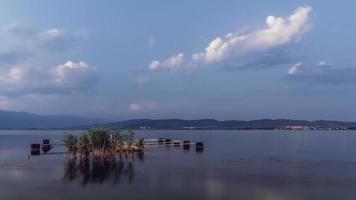 lugn kväll vid sjön. solnedgång vid dojran sjön, Makedonien. södra Makedonien. foto