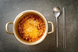 koreansk kryddig snabbnudel med ost foto
