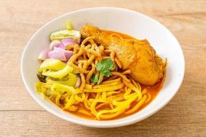 norra thailändska nudel curry soppa med kyckling foto