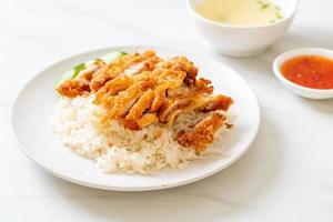 hainanskt kycklingris med stekt kyckling foto
