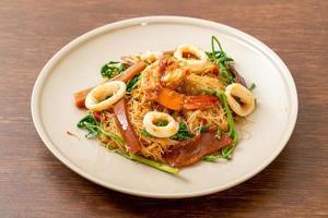 uppstekt ris vermicelli och vattenmimosa med skaldjur foto