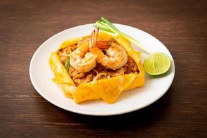 thailändska stekta nudlar med räkor och äggplast eller pad thai foto