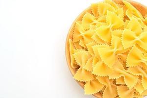 torr okokt farfalle pasta på vit bakgrund foto