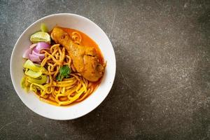 norra thailändsk nudel curry soppa med kyckling - kao soi kai - thailändsk matstil foto