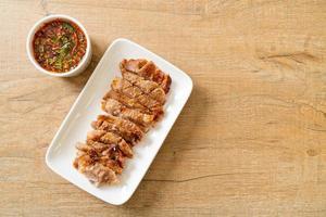 grillad fläskhals eller kolkokt fläskhals med thailändsk kryddig doppsås foto