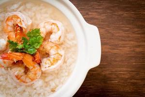gröt eller kokt rissoppa med räkskål foto