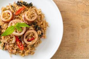 hemlagad basilika och kryddigt örtstekt ris med bläckfisk eller bläckfisk - asiatisk matstil foto
