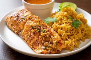 pan-seared lax tandoori med masala ris - muslimsk matstil foto