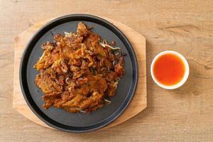 krispig stekt musselpannkaka eller mussloromelett foto