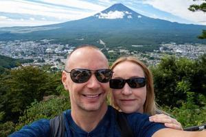 selfie av kaukasiska par med berget fuji foto