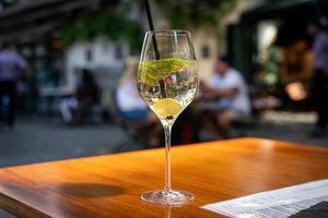 ett glas mousserande vin foto
