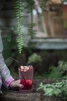 röd jordgubbssoda i kaféet foto