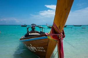longtail båt vid Koh Lipe soluppgångstrand i Thailand foto