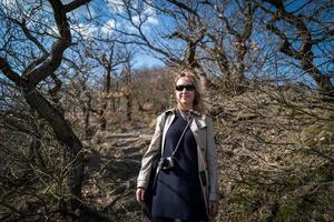 blond kaukasisk tjej i skogen av boppard foto