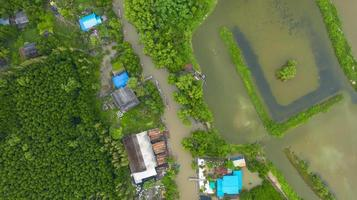Flygfoto fiskarbåt på landsbygden Thailand foto