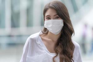 ung kvinna som bär medicinsk ansiktsmask foto