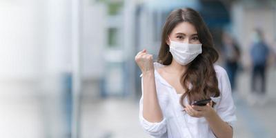 porträtt av ung kvinna som bär ansiktsmask skyddande foto