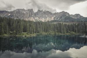 carezza-sjön i de italienska dolomiterna foto