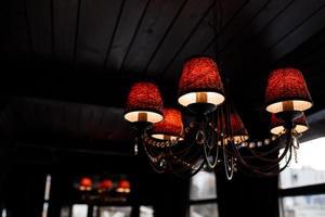 ljuskronor i inredningsrestaurangen foto