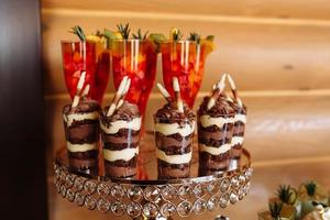bord med färgglada sötsaker och godsaker för bröllopsfestmottagningen, dekorationsdessertbord. läckra sötsaker på godisbuffé. dessertbord för en fest. kakor, muffins. selektivt fokus. foto