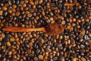malet kaffepulver och rostade kaffebönor foto
