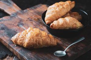 frukost croissantbröd på träbordet foto