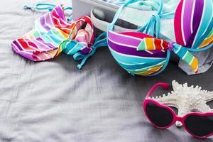 färgglad bikini på sängen foto