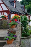 blomkrukor vid den vackra och pittoreska byn monreal i Eifel-regionen, Tyskland foto
