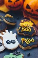 halloween pepparkakakakor på mörk bakgrund, med halloween minipumpor och dekoration foto