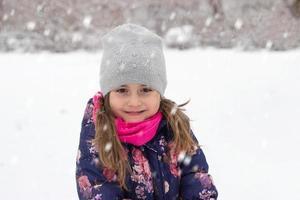 liten flicka på snön foto