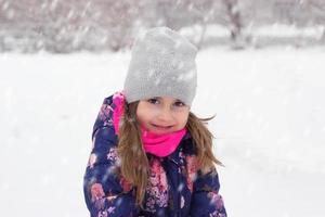 porträtt av en liten flicka på snön foto
